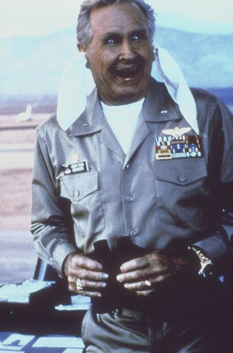 Seine Fähigkeiten beschränken sich in erster Linie auf Taschentücher durch die Ohren ziehen: Admiral Benson (Lloyd Bridges) ... - Bildquelle: The 20th Century Fox Film Corporation