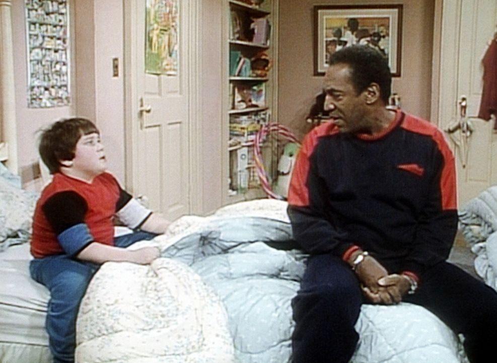 Peter (Peter Costa, l.) hat Angst vorm Zahnarzt, und Cliff (Bill Cosby, r.) versucht, ihm Mut zuzusprechen. - Bildquelle: Viacom