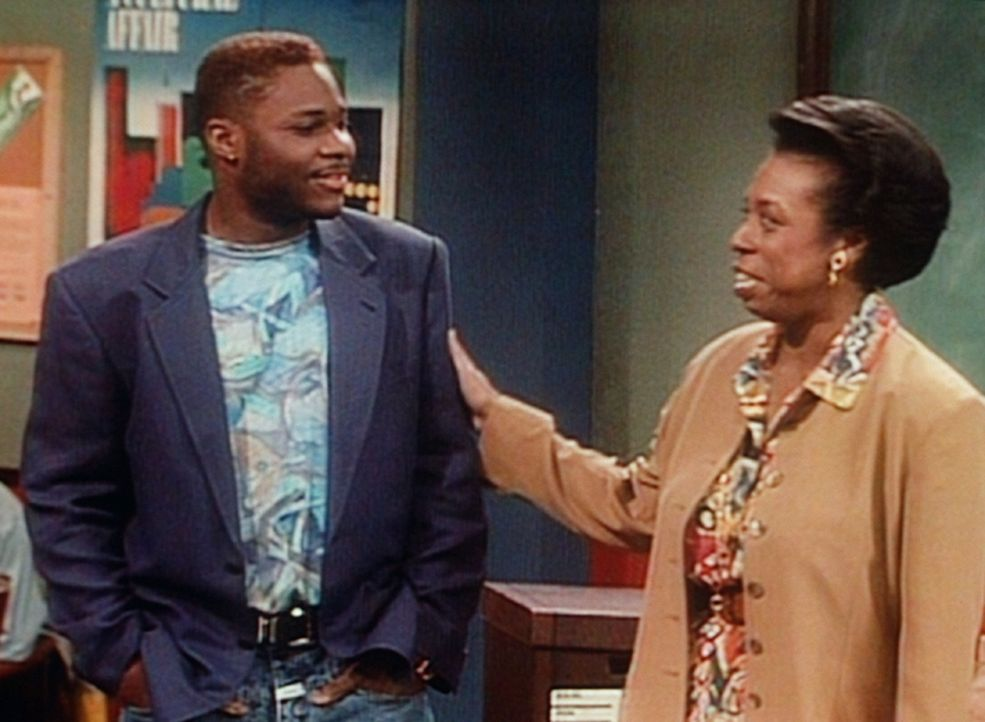 Miss Hudson (Lynne Thigpen, r.) weist Theo (Malcolm-Jamal Warner, l.) in sein  Aufgabengebiet als Junior-Referendar ein. - Bildquelle: Viacom