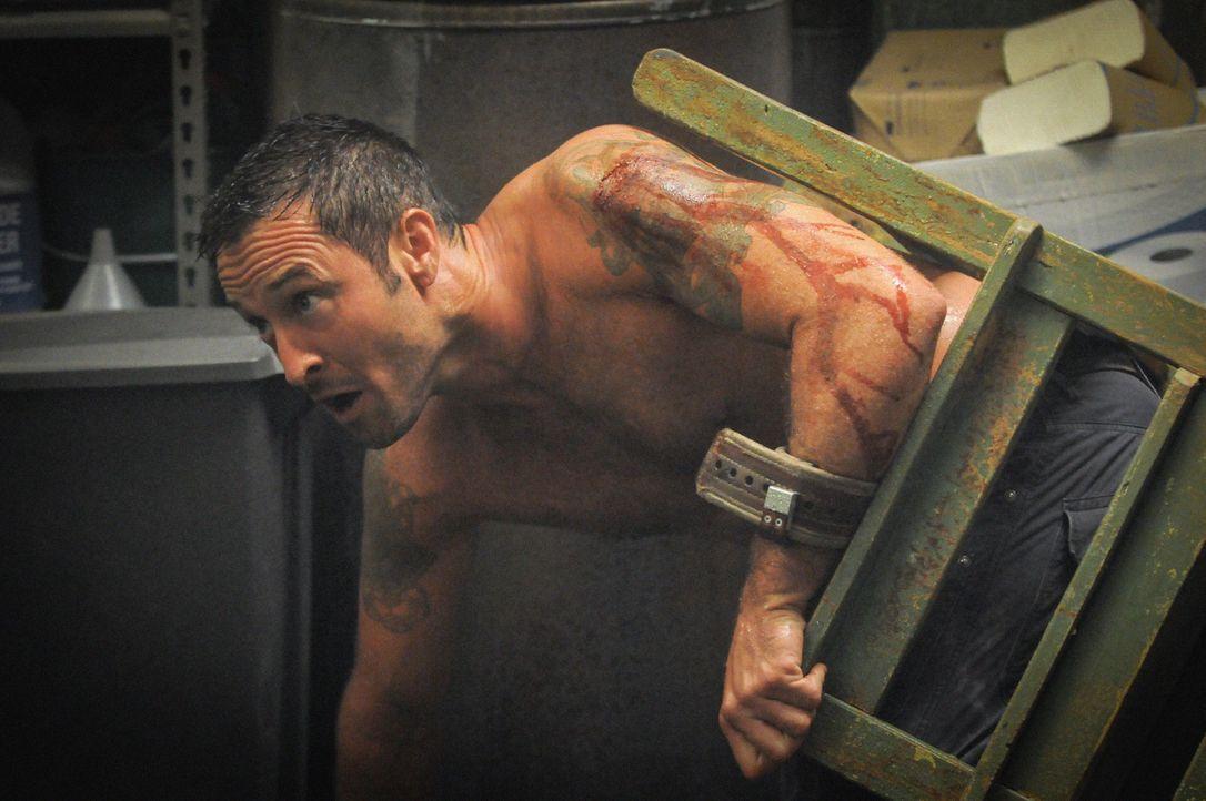 Steve (Alex O'Loughlin) versucht alles, um aus den Fängen von Wo Fat zu gelangen und kennt dabei keine Gnade ... - Bildquelle: 2014 CBS Broadcasting Inc. All Rights Reserved.