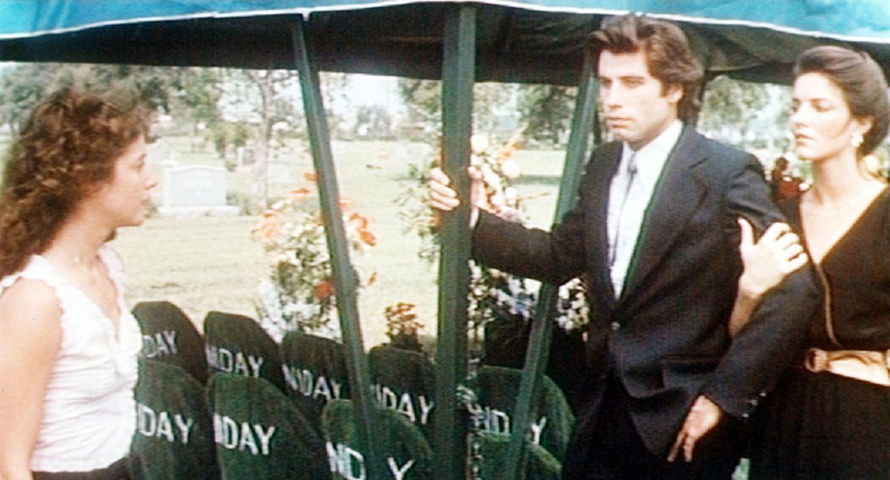 Beim Begräbnis seines Onkels lässt sich Bud (John Travolta, M.) von der hübschen Pam (Madolyn Smith, r.) trösten. Sissy (Debra Winger, l.) ist e...