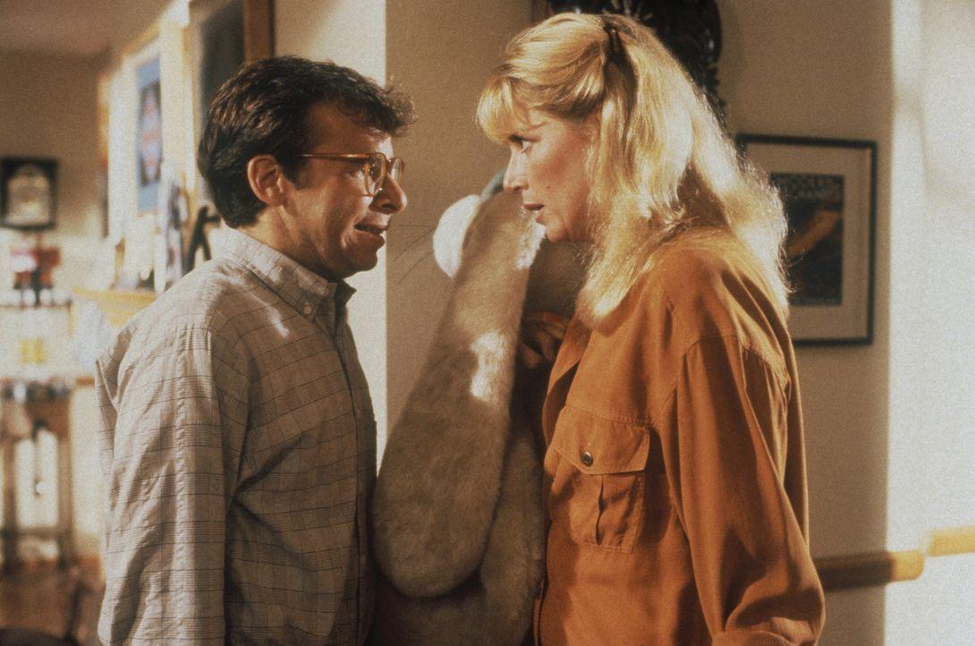 Obwohl seine Frau Diane (Marcia Strassman, r.) schon Kummer gewöhnt ist, reagiert sie auf Waynes (Rick Moranis) neues Missgeschick doch etwas hyster... - Bildquelle: Walt Disney