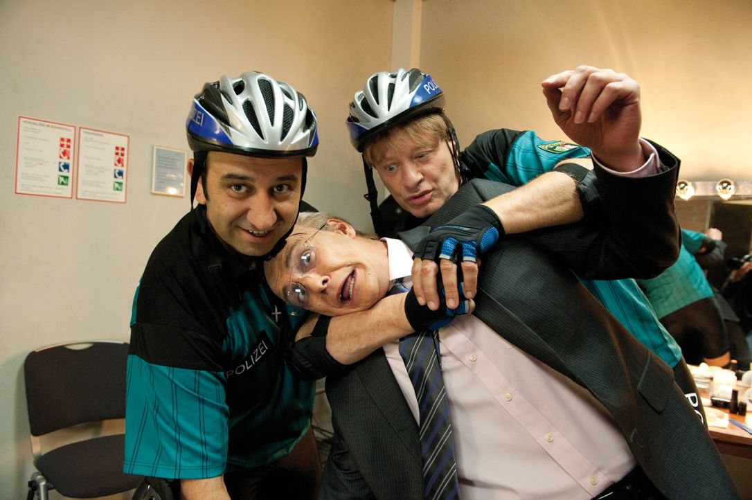 Der Parodist Matze Knop (Matze Knop, M.) wird beschuldigt, das 1. FC Köln Maskottchen entführt zu haben. Mario (Hilmi Sözer, l.) und Tommie (Tom Ger... - Bildquelle: 2010 Constantin Film Verleih GmbH