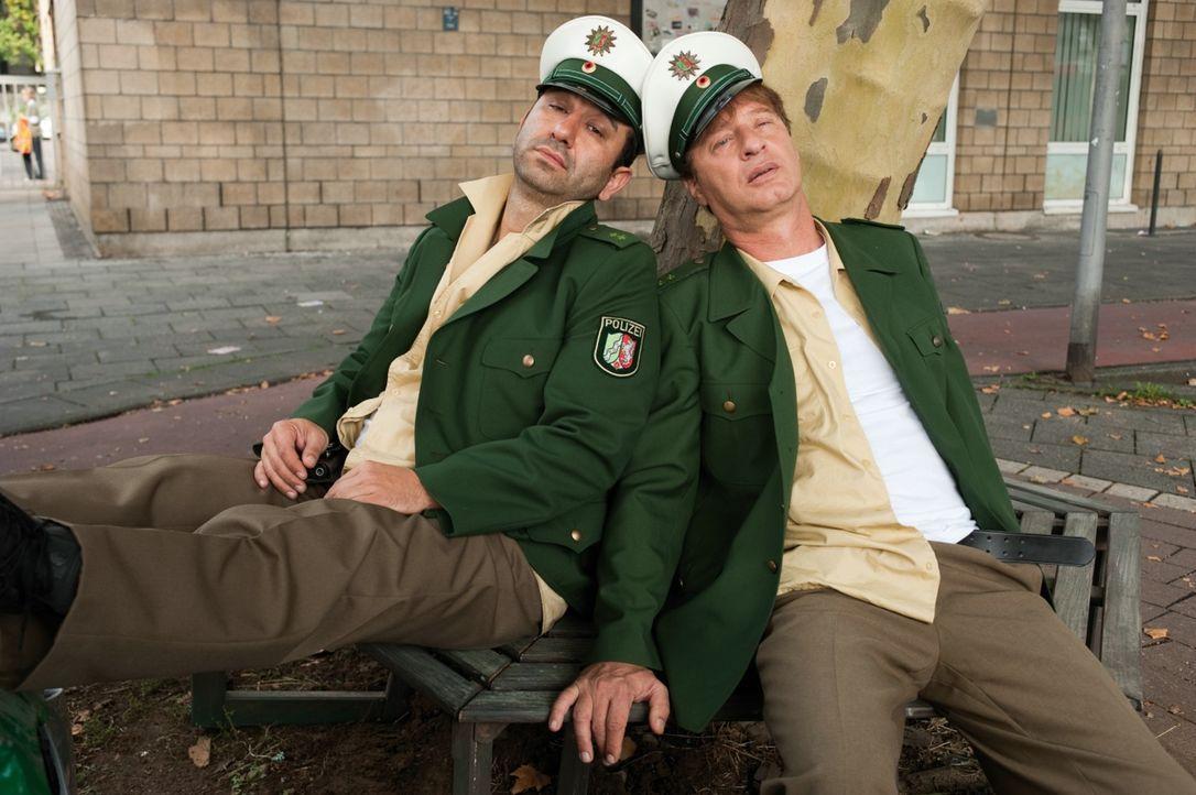 Die beiden Beamten Tommie (Tom Gerhardt, r.) und Mario (Hilmi Sözer, l.) stehen kurz vor ihrer Entlassung, als sich plötzlich eine neue Chance ergib... - Bildquelle: 2010 Constantin Film Verleih GmbH