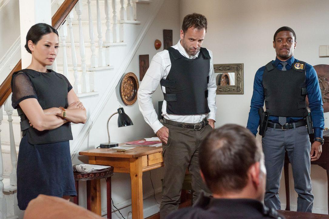 Als die Leiche eines ehemaligen Auftragsmörders gefunden wird, gehen Sherlock Holmes (Jonny Lee Miller, M.), Joan Watson (Lucy Liu, l.) und Detectiv... - Bildquelle: CBS Television