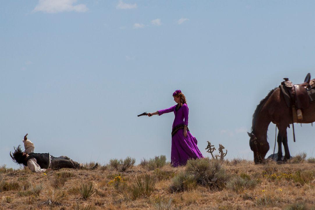 Rache ist süß: Die ehemalige Prostituierte Sarah Ramírez (January Jones, r.) lässt sich ihr Stück Land in New Mexico nicht so einfach wegnehmen ...... - Bildquelle: Lorey Sebastian 2012 ARC Entertainment LLC