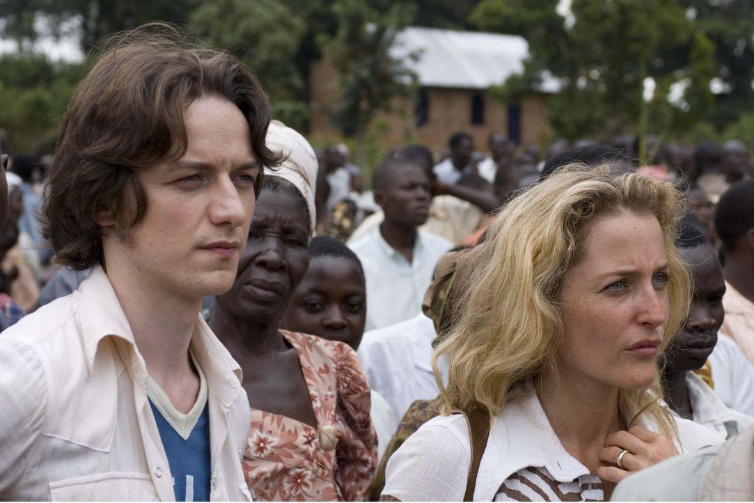 Schon bald beginnen die Frau des Chefarztes, Sarah Merrit (Gillian Anderson, r.), und Nicholas Garrigan (James McAvoy, l.) eine Affäre. Die junge Fr...