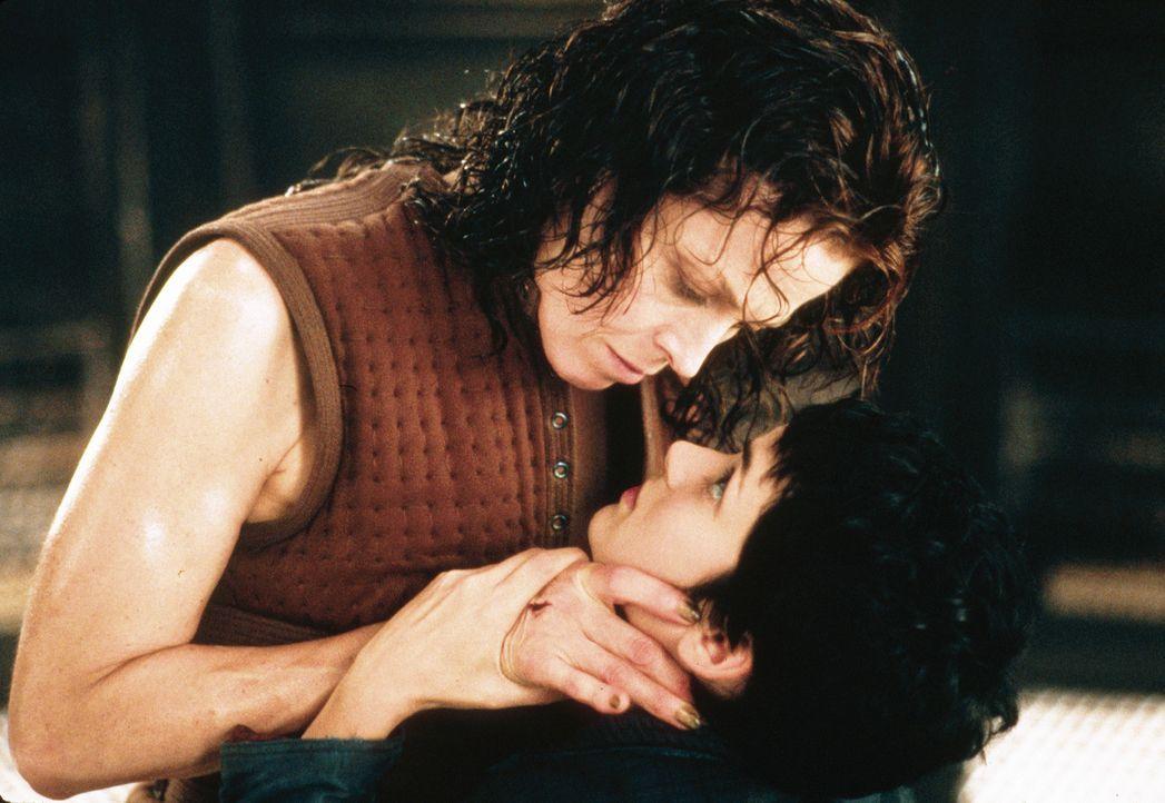 Die aussichtslose Situation auf der U.S.M. Auriga macht die geklonte Ellen Ripley (Sigourney Weaver, l.) und Annalee Call (Winona Ryder, r.) zu Verb... - Bildquelle: 1997 Twentieth Century Fox Film Corporation. All rights reserved