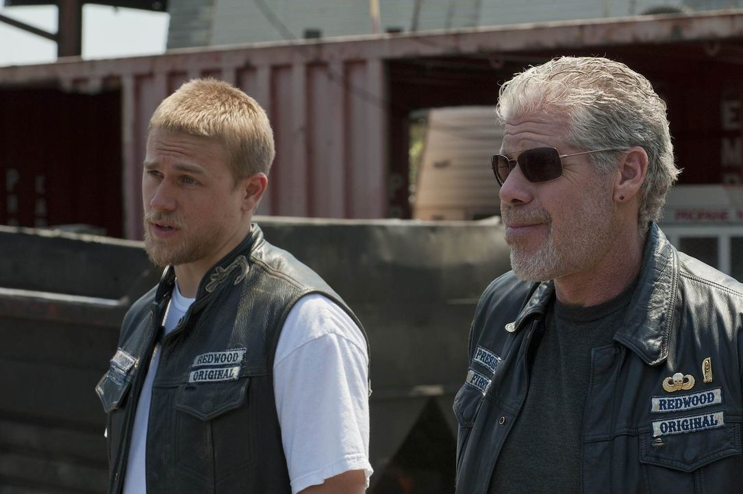 Jax (Charlie Hunnam) stellt Clay (Ron Perlman) eine Bedingung, die für große Veränderungen im Motorradclub sorgen kann ... - Bildquelle: 2011 Twentieth Century Fox Film Corporation and Bluebush Productions, LLC. All rights reserved.