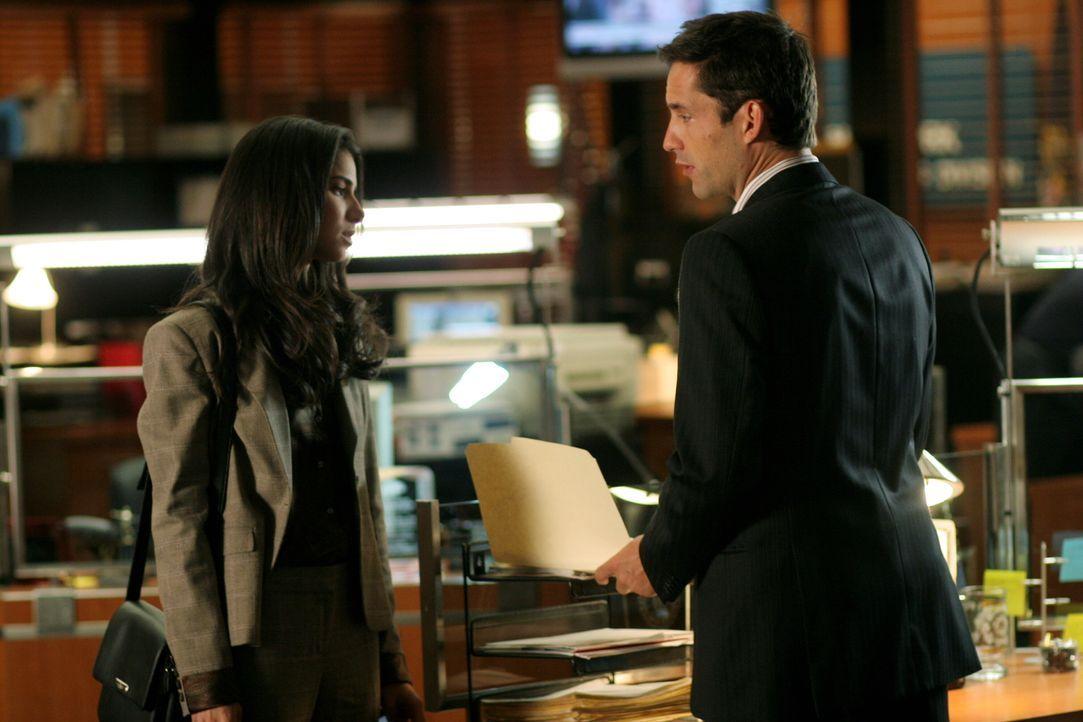 Noch immer haben Danny (Enrique Murciano, r.) und Elena (Roselyn Sanchez, l.) keine Erklärung für das Verschwinden von Wendy, einer jungen Koreaneri... - Bildquelle: Warner Bros. Entertainment Inc.
