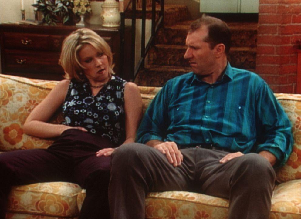 Nichts im Hirn, aber die Hand in der Hose. Kelly (Christina Appelgate, l.) ist eine würdige Tochter ihres Vaters Al (Ed O'Neill, r.). - Bildquelle: Columbia Pictures