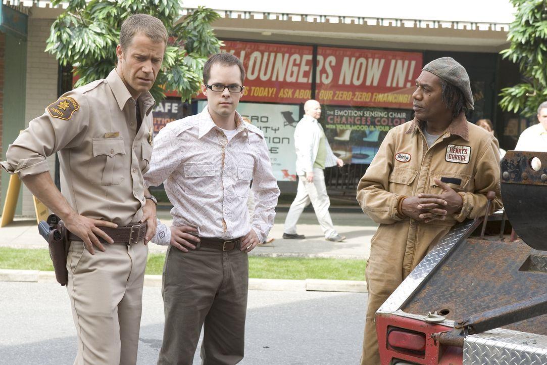 Zoe hat einen Unfall mit einem unsichtbaren Unfallgegner. Jack Carter (Colin Ferguson, l.), Douglas Fargo (Neil Grayston, M.) und Henry Deacon (Joe... - Bildquelle: Universal Television