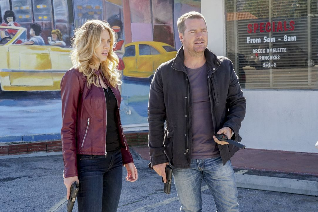 Bei den Ermittlungen in einem neuen Fall: Callen (Chris O'Donnell, r.) und Anna (Bar Paly, l.) ... - Bildquelle: Monty Brinton 2017 CBS Broadcasting, Inc. All Rights Reserved. / Monty Brinton