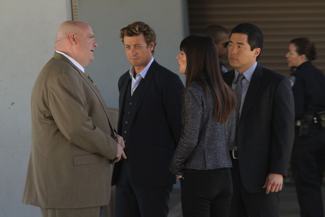 Während Patrick (Simon Baker, 2.v.l.) den Mörder in einem neuen Fall im Krankenhaus vermutet, erfährt Teresa (Robin Tunney, 2.v.r.), dass J.J. LaRoc... - Bildquelle: Warner Bros. Television