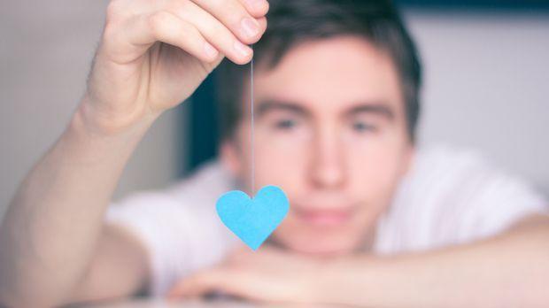 Mann anzeichen heimlich verliebt Punkt vibrator