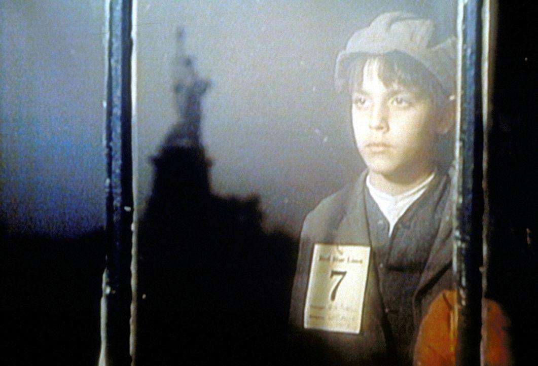 Ganz allein kommt der kleine Vito (Darstellername unbekannt) mit neun Jahren nach New York ... - Bildquelle: Paramount Pictures