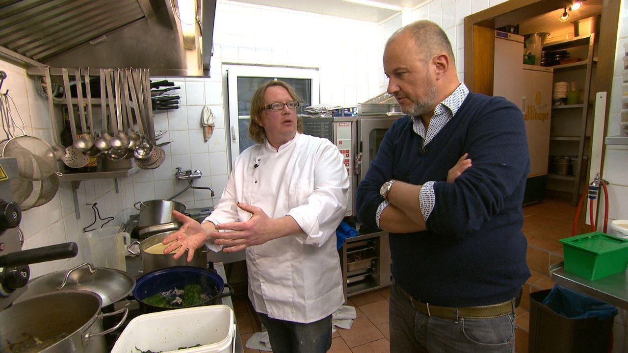 """Wo liegen die Probleme des """"Schaarschmidt an der Ahr""""? Frank Rosin (r.) schaut nicht nur Betreibern und Koch Björn Schaarschmidt (l.) ganz genau auf... - Bildquelle: kabel eins"""