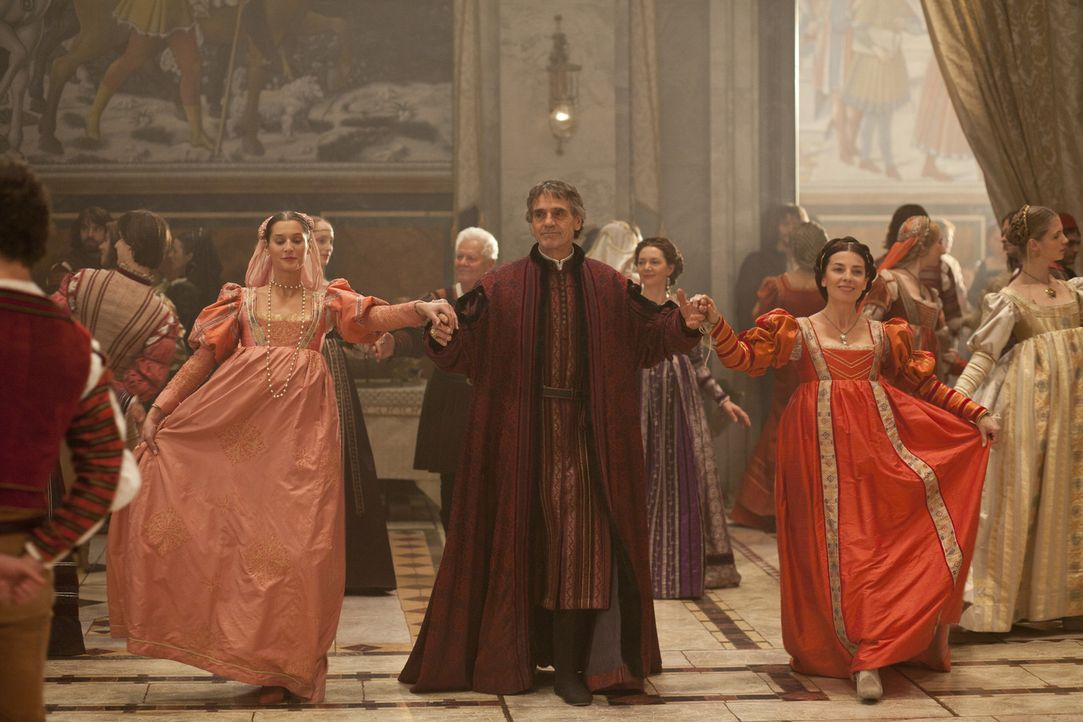 Nur durch einen glücklichen Zufall kann Papst Alexander VI (Jeremy Irons, M.) das Fest genießen ... - Bildquelle: Jonathan Hession LB Television Productions Limited/Borgias Productions Inc./Borg Films kft/ An Ireland/Canada/Hungary Co-Production. All Rights Reserved.