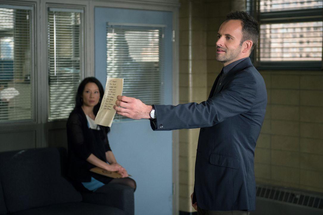 Geraten bei den Ermittlungen in einem neuen Fall in Konflikt mit dem New Yorker Polizeidepartement: Sherlock Holmes (Jonny Lee Miller, r.) und Joan... - Bildquelle: CBS Television