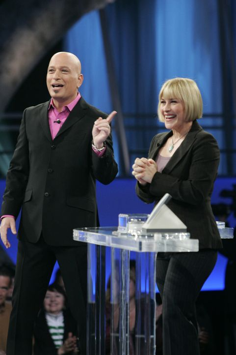 In Allisons (Patricia Arquette, r.) Traum sieht sie sich mit dem Moderator Howie Mandel (Howie Mandel, l.) auf der Showbühne ... - Bildquelle: Paramount Network Television