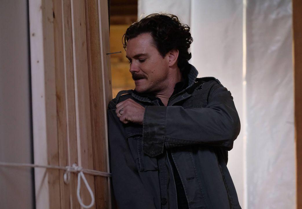 Muss zusammen mit seinem Partner Murtaugh eine Reihe von brutalen Verbrechen aufdecken: Riggs (Clayne Crawford) ermittelt auf seine ganz eigene Weis... - Bildquelle: 2016 Warner Brothers