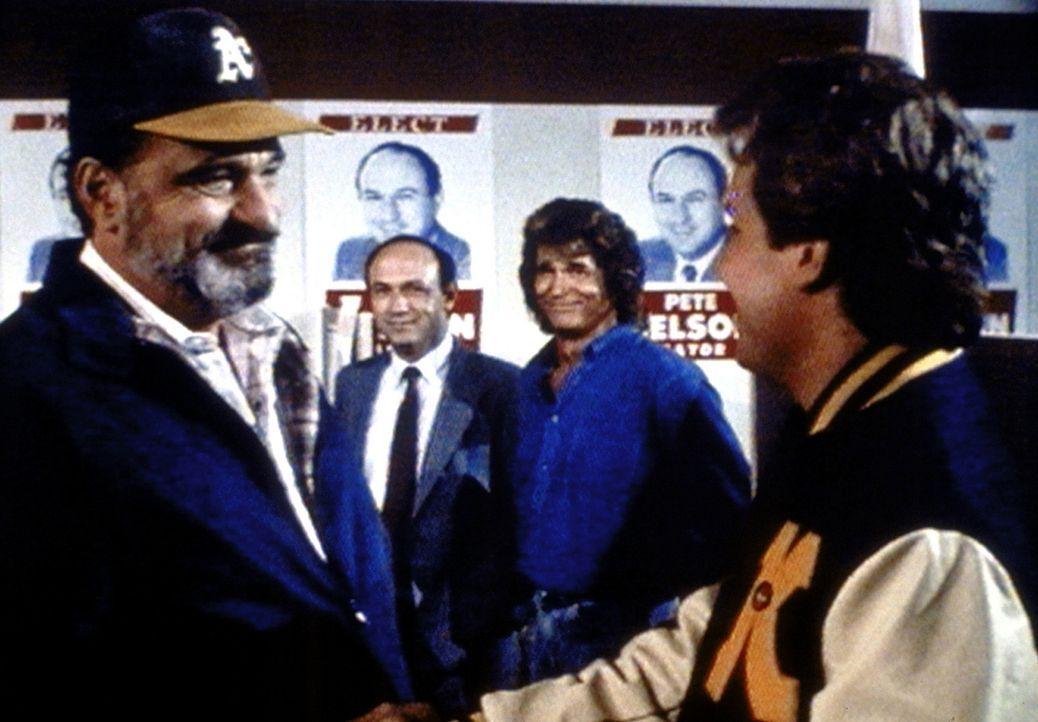 Mark (Victor French, l.) freut sich mit Jonathan (Michael Landon, 2.v.r.) und Pete Nelsons Sohn Jeff (Tracy Fraim, r.) über den Erfolg von dessen V... - Bildquelle: Worldvision Enterprises, Inc.