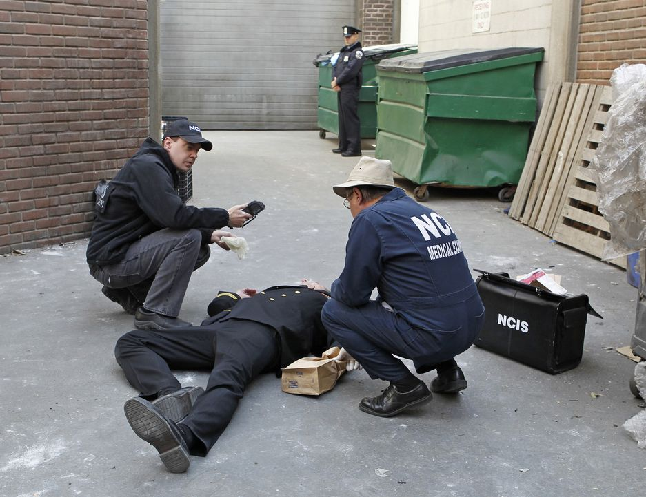 Wer ist der Mann, der in der Uniform eines Navy-Commanders aus dem Hotel rannte und wenig später tot ist? Dr. Mallard (David McCallum, r.) und McGee... - Bildquelle: CBS Television