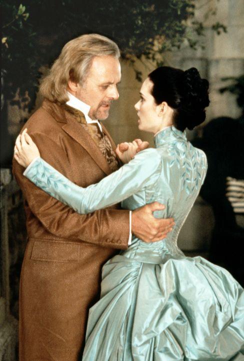 Professor Van Helsing (Anthony Hopkins, l.) improvisiert ein Tänzchen mit der vampirisch gefährdeten Mina (Winona Ryder, r.) ... - Bildquelle: Columbia Pictures