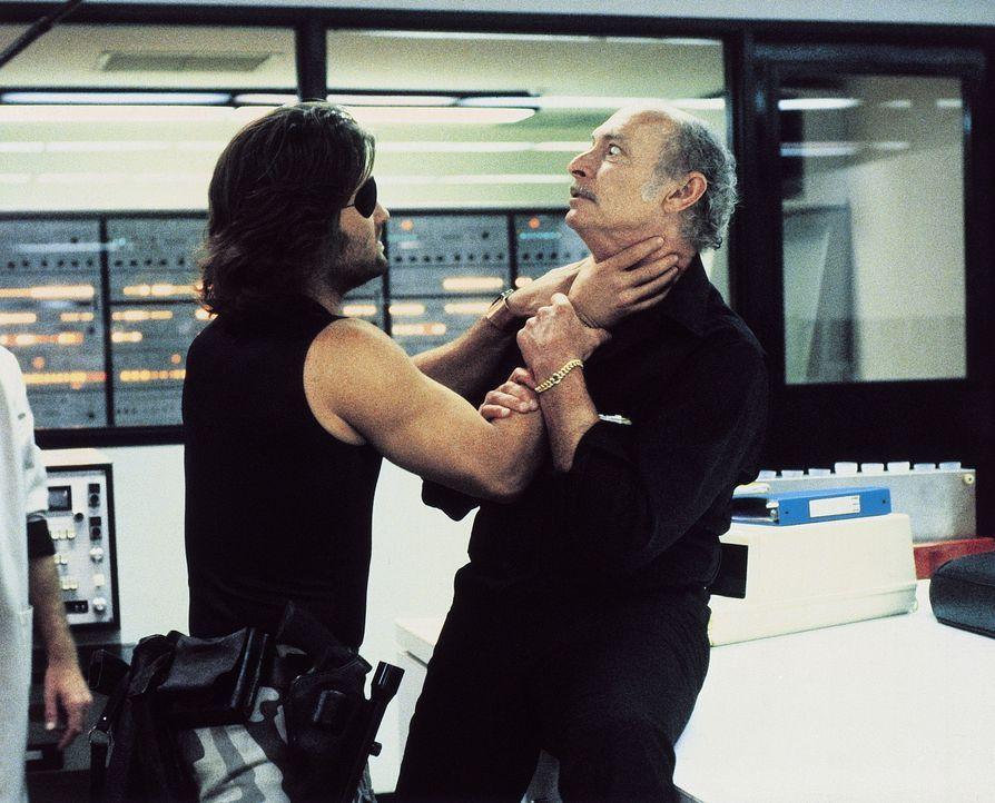 Obwohl Snake (Kurt Russell, l.) selbst auf der Abschussliste steht, legt er sich gleich mit dem Sicherheitschef Hauk (Lee Van Cleef, r.) an ... - Bildquelle: AVCO Embassy Pictures
