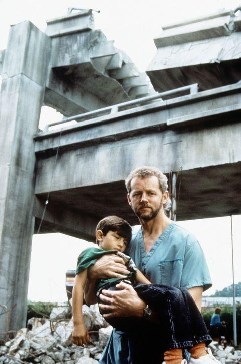 Am 17. Oktober 1989 ereignet sich eine Tragödie: Der doppelstöckige Interstate-880-Freeway bricht bei einem Erdbeben zusammen und begräbt viele A... - Bildquelle: Columbia Pictures Television