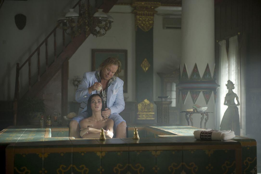 Um an den wertvollen Schmuck des Sultans zu kommen, entführt der Kunstdieb Malik (Mickey Rourke, hinten) Prinzessin Sultana (Atiqah Hasiholan, vorne... - Bildquelle: EJ 2012 - JAVA HEAT