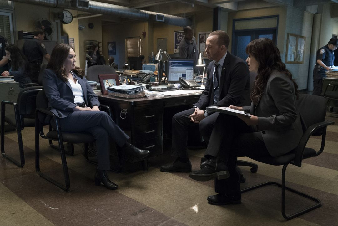 (v.l.n.r.) Detective Prisk (Angela Oh); Danny (Donnie Wahlberg); Detective Maria Baez (Marisa Ramirez) - Bildquelle: David M. Russell 2017 CBS Broadcasting Inc. All Rights Reserved. / David M. Russell