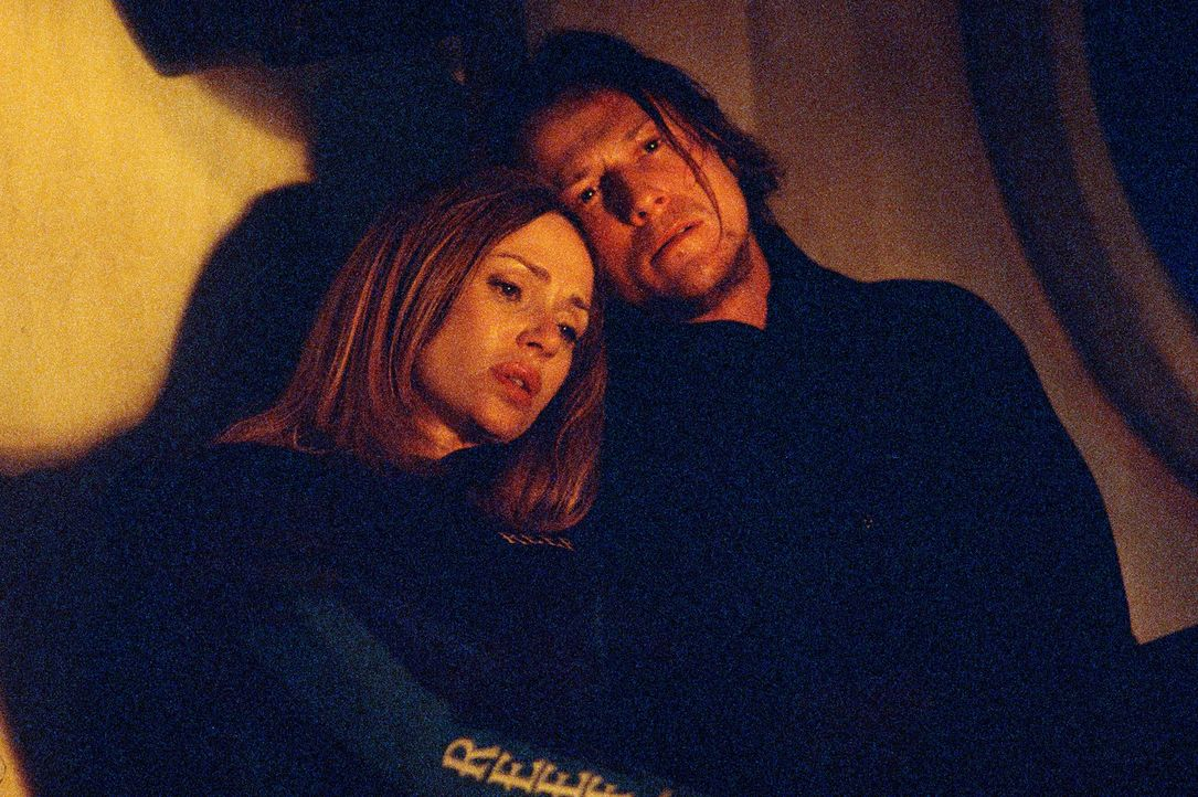 Wissen nicht, ob sie diesen Kampf überleben: Dr. Mike Olsen (Corin Nemec, r.) und Linda Olsen (Vanessa Angel, l.) ... - Bildquelle: 2004 Sharky Productions A.V.V.  All Rights Reserved.