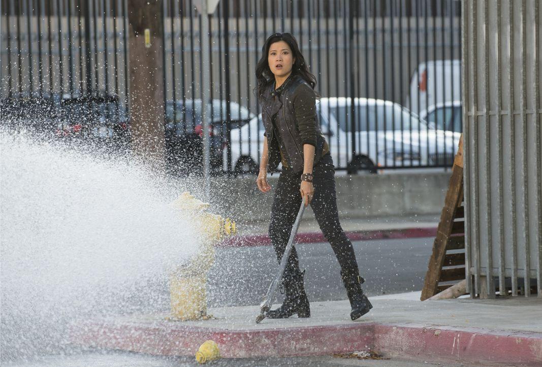 Hat gewöhnungsbedürftige Ermittlungsmethoden: Happy (Jadyn Wong) ... - Bildquelle: Neil Jacobs 2014 CBS Broadcasting, Inc. All Rights Reserved / Neil Jacobs