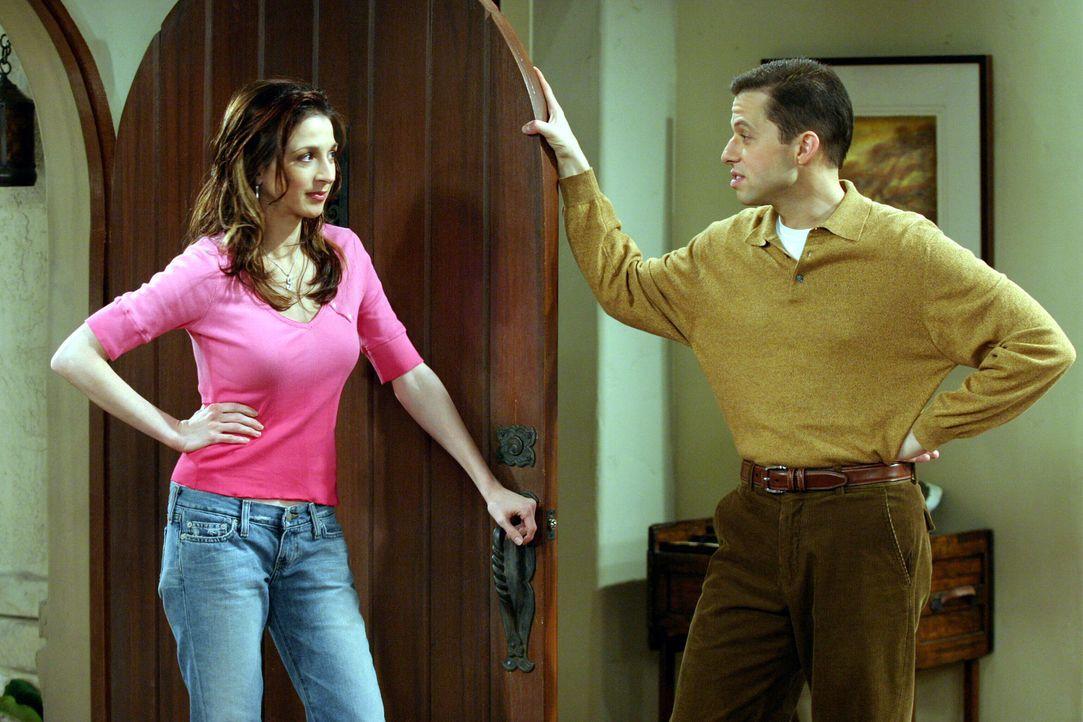 Judith (Marin Hinkle, l.) kann den Streit zwischen Alan (Jon Cryer, r.) und Charlie nicht verstehen ... - Bildquelle: Warner Brothers Entertainment Inc.