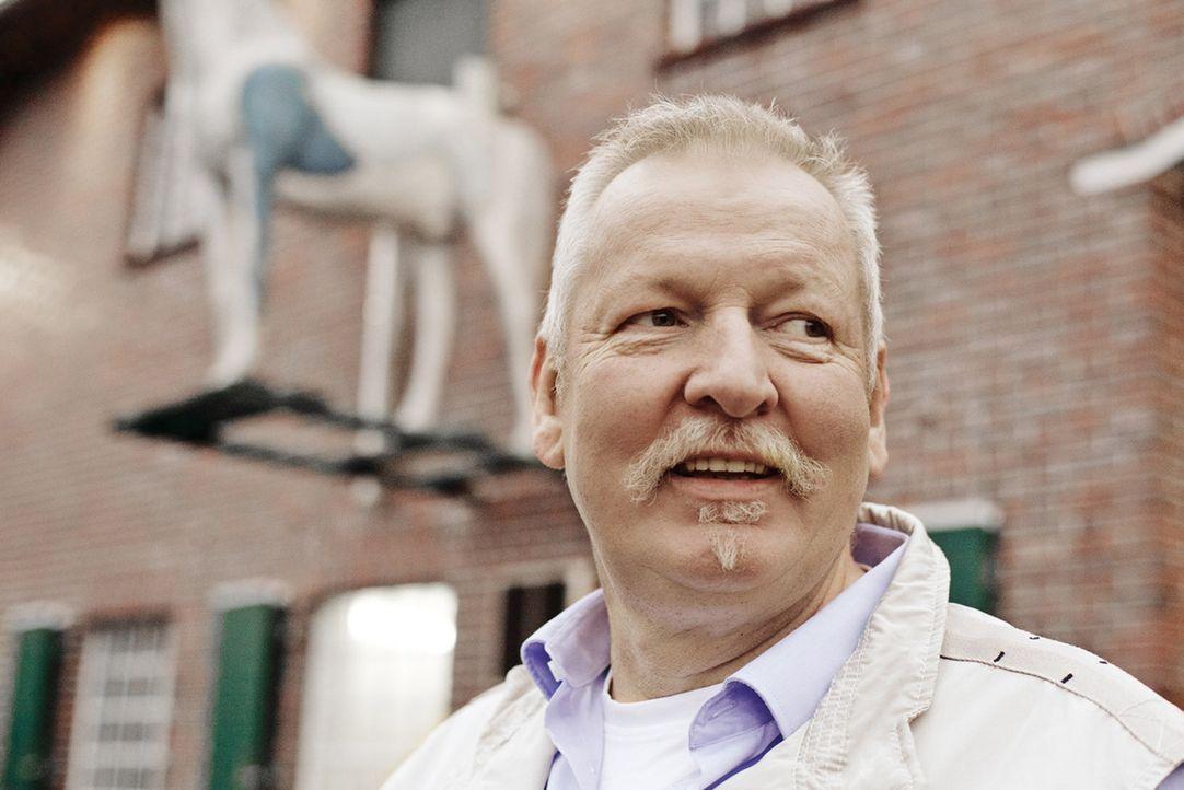 """Tamme Hanken ist ein sogenannter """"Knochenbrecher"""". Der Ostfriese ist der gefragteste """"Tier-Chiropraktiker"""" der Welt. In """"Tamme Hanken - Der Knochenb... - Bildquelle: Günther Philipp kabel eins"""