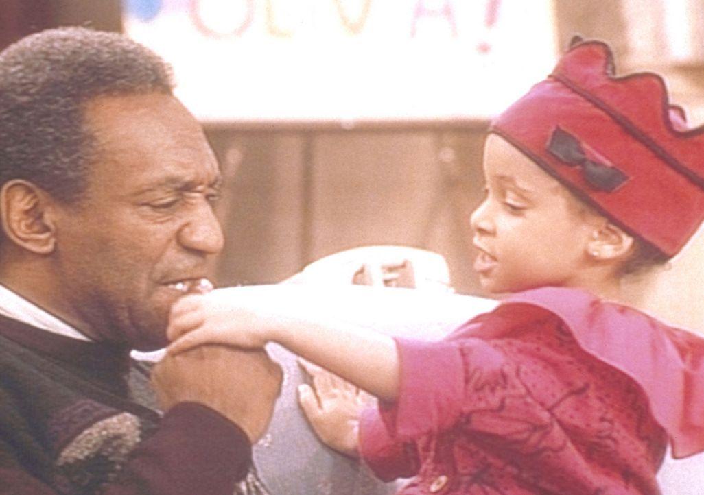 Olivia (Raven Symone, r.) hat sich zu ihrem Geburtstag ein Dreirad gewünscht und versucht nun von Cliff (Bill Cosby, l.) herauszubekommen, wo es ve... - Bildquelle: Viacom