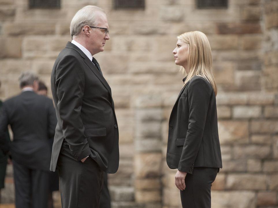 Während Quinn die Kontrolle über sein Leben verliert, macht Carrie (Claire Danes, r.) eine Entdeckung über CIA-Chef Lockhart (Tracy Letts, l.), die... - Bildquelle: 2014 Twentieth Century Fox Film Corporation