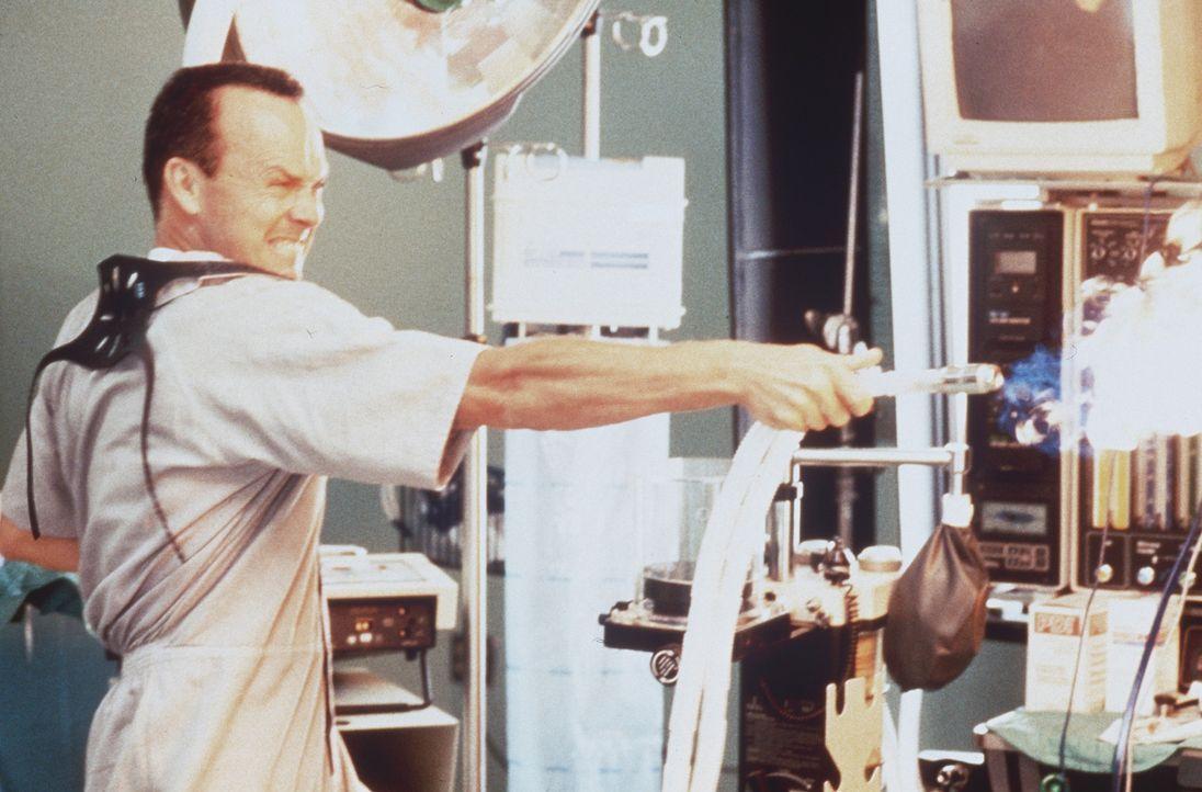 Trotz gewaltiger Sicherheitsvorkehrungen, kann sich der rücksichtslose Serienkiller McCabe (Michael Keaton) bei der Überführung in ein Krankenhau... - Bildquelle: Sony Pictures Television International. All Rights Reserved.