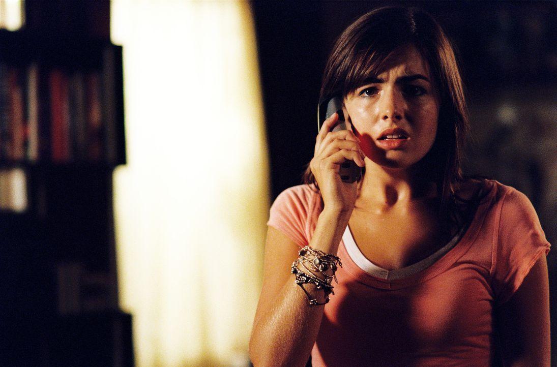 Weil die anonymen Anrufe nicht aufhören, glaubt die Babysitterin Jill Johnson (Camilla Belle), dass sich der ältere Sohn ihrer Arbeitgeber einen sch... - Bildquelle: 2006 Screen Gems, Inc. All Rights Reserved.