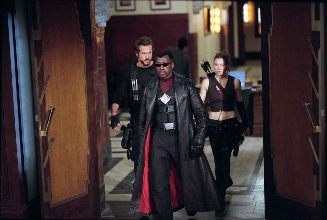 Blade (Wesley Snipes, M.), Abigail Whistler (Jessica Biel, r.) und Hannibal King (Ryan Reynolds, l.) sind für den Kampf gegen die zahllosen Blutsaug... - Bildquelle: New Line Cinema
