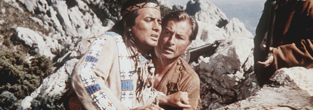Winnetou (Pierre Brice, l.) und Old Shatterhand (Lex Barker, r.) geraten in einen Hinterhalt, aus dem es keinen Ausweg zu geben scheint ... - Bildquelle: Columbia Pictures