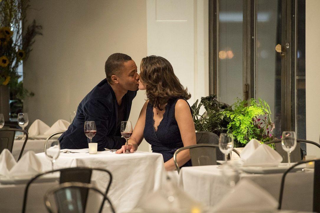 Endlich funkt es zwischen Isaac (Cuba Gooding Jr., l.) und Jo (Alana De La Garza, r.) ... - Bildquelle: Warner Bros. Television