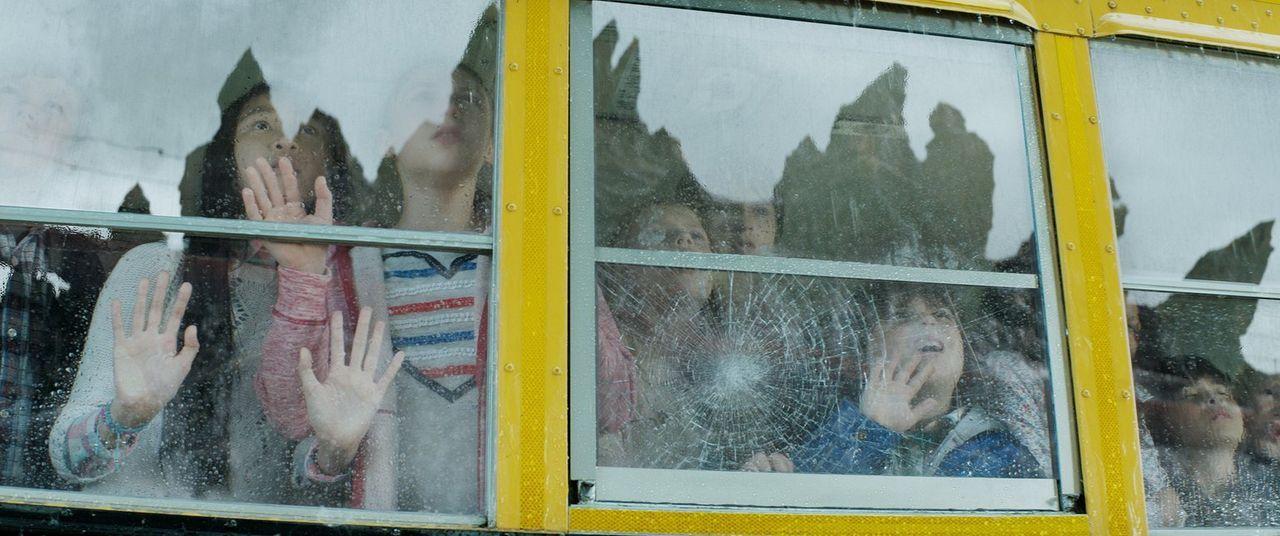 Die Kinder können ihren Augen kaum glauben, als sie eine gigantische Riesenechse inmitten ihrer zertrümmerten Stadt umherlaufen sehen ... - Bildquelle: 2014   Warner Bros.