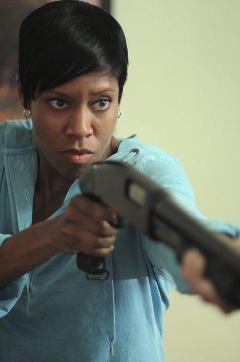 Mit den Eindringlingen macht Detective Lydia Adams (Regina King) kurzen Prozess ... - Bildquelle: Warner Brothers