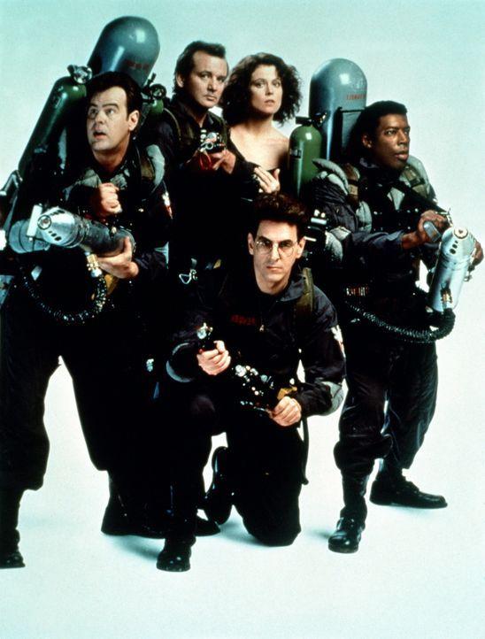 Mit vereinten, paranormalen Kräften verteidigen die Ghostbuster Stantz (Dan Aykroyd, l.), Venkman (Bill Murray, 2.v.l.), Spengler (Harold Ramis, vo... - Bildquelle: 1989 Columbia Pictures Industries, Inc. All Rights Reserved.