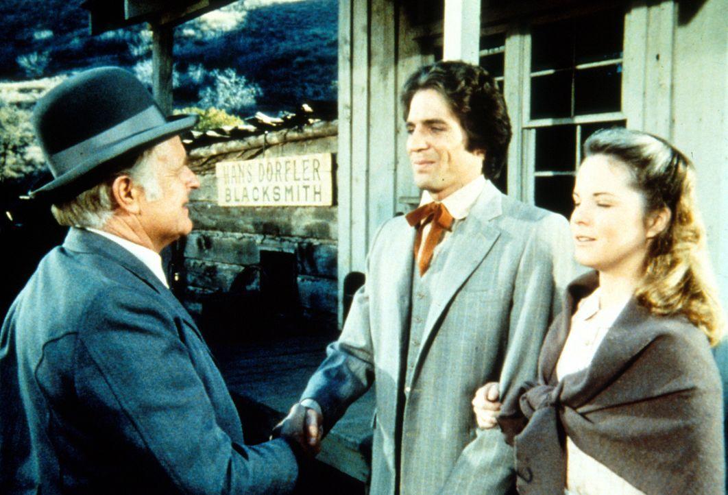 Adam (Linwood Boomer, M.) stellt seinem Vater Giles (Philip Abbott, l.) seine Frau Mary (Melissa Sue Anderson, r.) vor. - Bildquelle: Worldvision