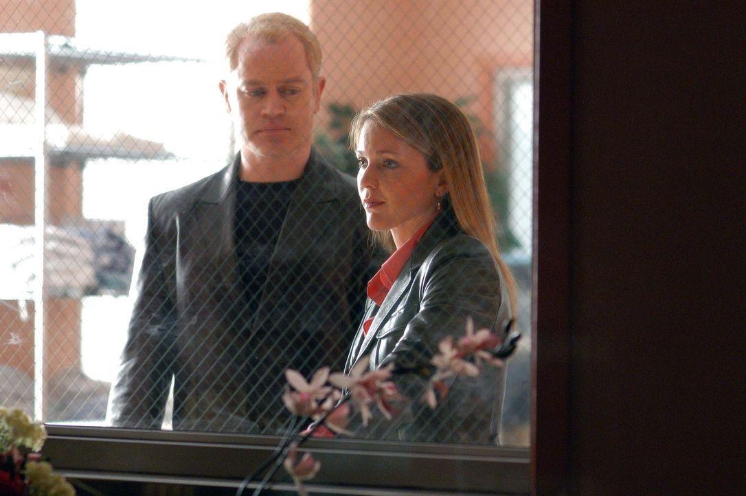 Connor (Neal McDonough, l.) gibt Natalie (Kelli Williams, r.) moralische Unterstützung als sie einen ehemaligen Patienten besucht ... - Bildquelle: CBS Television