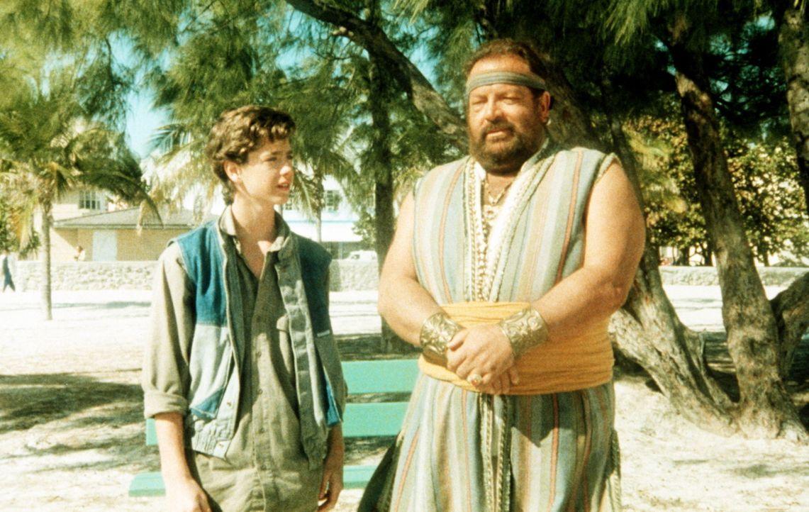 Um sein Taschengeld ein wenig aufzubessern, jobbt der junge Aladin (Luca Venantini, l.) bei einem Trödler, wo er durch Zufall auf eine alte Öllamp... - Bildquelle: Cannon Films