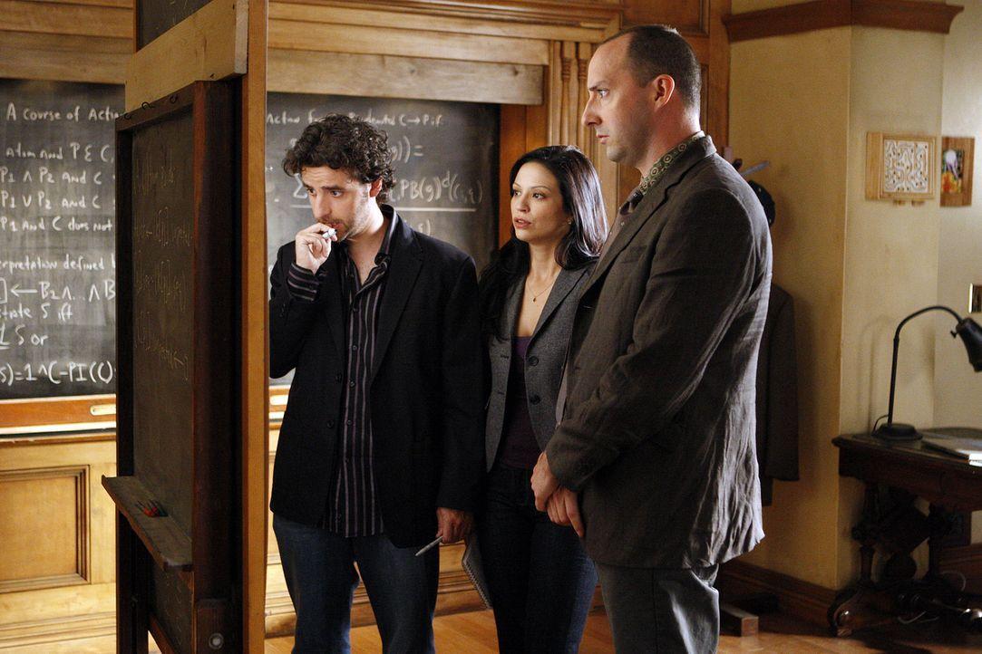Suchen ein kleines entführtes Mädchen: Russell Lazlo (Tony Hale, r.), Charlie (David Krumholtz, l.) und Amita (Navi Rawat, M.) ... - Bildquelle: Paramount Network Television
